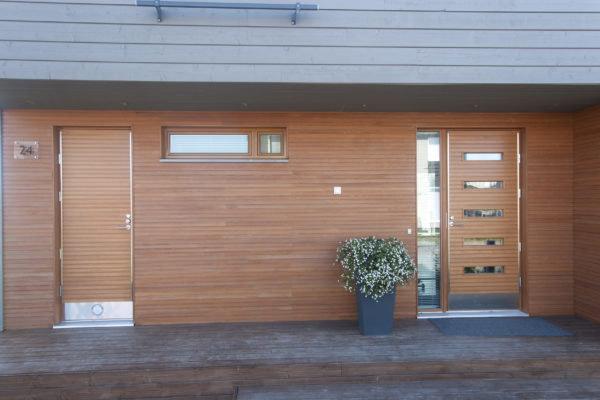 Ulko-oven asennus: Puudesign-malliston ovia